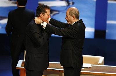 El presidente de la Junta, Manuel Chaves, impone la Medalla a Federico Mayor Zaragoza, nombrado Hijo Predilecto de Andalucía.
