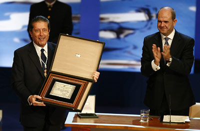 Federico Mayor Zaragoza muestra al público del Maestranza la placa recibida que le acredita con el título de Hijo Predilecto de Andalucía.