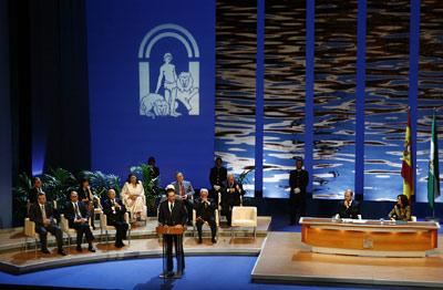El hijo Predilecto de Andalucía, Federico Mayor Zaragoza, se dirige al público congregado en el Teatro de la Maestranza, en presencia del resto de galardonados y de los presidentes de la Junta y el Parlamento.
