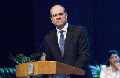 El presidente de la Junta, Manuel Chaves, se dirige al público asistente en el Teatro de la Maestranza durante su discurso en el acto oficial de entrega de medallas.