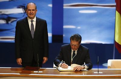 Manuel Chaves observa la firma del Hijo Predilecto de Andalucía, Federico Mayor Zaragoza, en el Libro de Honor de la Junta.