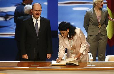 La bailaora Manuela Carrasco firma en el Libro de Honor de la Junta de Andalucía, en presencia del presidente, Manuel Chaves.