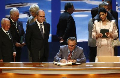 El cantante y actor Manolo Escobar, en el momento de la firma en el Libro de Honro de la Junta, en presencia de Manuel Chaves y algunos de los galardonados.