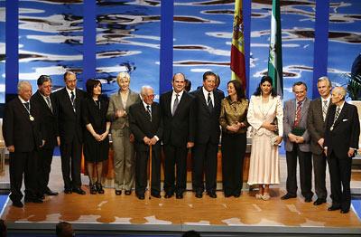 Foto oficial de los galardonados junto al presidente de la Junta de Andalucía, Manuel Chaves, y la presidenta del Parlamento, María del Mar Moreno.