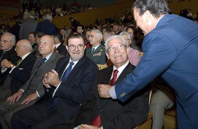 Los ex presidentes de la Junta de Andalucía, Rafael Escuredo y José Rodríguez de la Borbolla, asistieron a la entrega de las Medallas de Andalucía 2008.