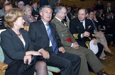 Entre el público asistente al acto se encontraban personalidades como el delegado del Gobierno en Andalucía, Juan José López Garzón, y otras autoridades militares.