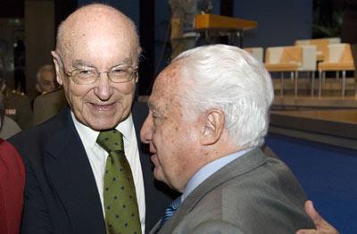 Manuel Jiménez de Parga, ex presidente del Tribunal Constitucional, saluda a Manuel Clavero Arévalo.