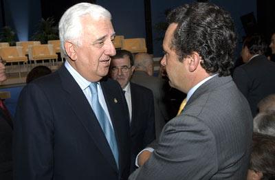 El presidente de la Confederación de Empresarios de Andalucía, Santiago Herrero, conversa con el presidente de McPuarsa.
