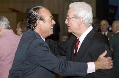 El torero Curro Romero saluda al ex presidente de la Junta de Andalucía, Rafael Escuredo.