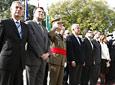 Autoridades políticas y militares representantes del Gobierno central, Ayuntamiento de Sevilla  y otras instituciones, durante el acto de izado de la bandera.
