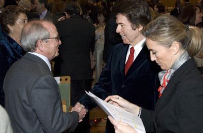 El cantante Raphael, Medalla de Andalucía 2007, a su llegada al Teatro de la Maestranza.