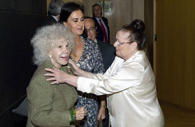 La duquesa de Alba, Cayetana Fitz-James Stuart, conversa con la bailaora Matilde Coral, el torero Curro Romero y Carmen Tello, a su llegada al Teatro de la Maestranza.