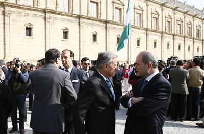El presidente de la Junta, Manuel Chaves, conversa con el delegado del Gobierno central en Andalucía, Juan José López Garzón, en la fachada del Parlamento a la finalización del acto.