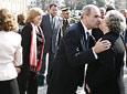 El presidente de la Junta, Manuel Chaves, saluda a la hija de Blas Infante, padre de la Patria andaluza, al término del acto oficial en el Parlamento.
