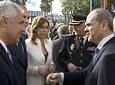 El presidente de la Junta, Manuel Chaves, conversa con el presidente del Partido Popular andaluz, Javier Arenas, al término del acto oficial en el Parlamento.