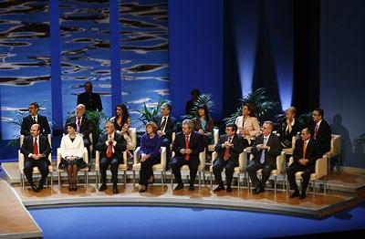 Los consejeros y el portavoz del Gobierno andaluz, sentados en el escenario del Teatro de la Maestranza al comienzo del acto institucional de entrega de medallas.
