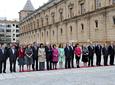 El equipo de gobierno de la Junta, con su presidente Manuel Chaves a la          cabeza, y el presidente del Consejo Consultivo de Andalucía, Juan Cano Bueso,          escuchan el himno durante el acto de homenaje a la bandera celebrado en el          Parlamento.