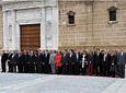 Los diputados en el Parlamento andaluz y otras autoridades          asistentes al acto de homenaje a la bandera escuchan el himno en la fachada de la          Cámara.