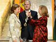 La presidenta de la Fundación Casa de Medina Sidonia, Liliane Mª          Dahlmann, recibe la Medalla de Andalucía de manos de Fuensanta Coves, presidenta          del Parlamento.