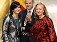 La presidenta del Parlamento, Fuensanta Coves, felicita tras          imponer la Medalla de Andalucía a la esquiadora granadina María José Rienda, que          agradece el reconocimiento.