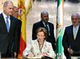 La presidenta de la Fundación Casa de Medina Sidonia, Liliane Mª          Dahlmann, firma en presencia del presidente del Gobierno andaluz, Manuel Chaves,          en el Libro de Honor de la Junta.