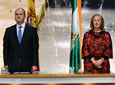 El presidente de la Junta, Manuel Chaves, y la presidenta del          Parlamento, Fuensanta Coves, en el momento de la interpretación del Himno de          Andalucía por el Coro de la Universidad de Sevilla.