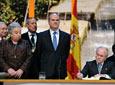 Manuel Chaves preside la firma en el Libro de Honor de la Junta del Hijo          Predilecto de Andalucía, Juan Antonio Carrillo Salcedo, en presencia de algunos          de los premiados.