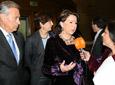 La ministra de Fomento, Magdalena Álvarez, atiende a los medios de          comunicación en presencia del delegado del Gobierno en Andalucía, Juan José López          Garzón.