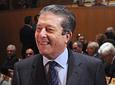 El Hijo Predilecto de Andalucía en 2008 y ex director general de la          UNESCO, Federico Mayor Zaragoza, saluda a algunos de los asistentes al acto en el          Teatro de la Maestranza de Sevilla.