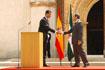 158:S.A.R. Don Felipe de Borb�n saluda al Presidente de la Junta de Andaluc�a, Manuel Chaves, tras finalizar su intervenci�n en el Monasterio de Santa Mar�a de las Cuevas.