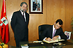 149:Don Felipe de Borb�n firma el libro de honor del Ayuntamiento de Dos Hermanas en presencia de su alcalde, Francisco Toscano.
