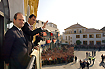 153:S. A. R. Don Felipe, acompa�ado del Presidente de la Junta de Andaluc�a, Manuel Chaves, saluda al p�blico congregado ante el Ayuntamiento de Dos Hermanas.