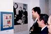 51:El Pr�ncipe observa una fotograf�a en la casa natal de Lorca en Fuentevaqueros (Granada).