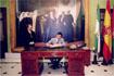 56:S.A.R. firma en el Libro de Honor del Ayuntamiento de Granada.