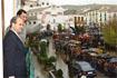 38:Don Felipe, acompa�ado por el presidente de la Junta de Andaluc�a, Manuel Chaves, saluda desde el balc�n del Ayuntamiento de Alhama de Granada a los numerosos ciudadanos que se congregaron, pese al mal tiempo, a las puertas del Consistorio.