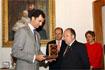 42:Tras la visita al Rectorado de la Universidad de Granada, don Felipe recibi� de manos del rector un obsequio.