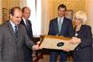 71:El Pr�ncipe de Asturias recibe un obsequio de manos de la alcaldesa de C�diz, en presencia del presidente del Gobierno andaluz.