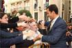 103:El Pr�ncipe saluda a los jiennenses concentrados junto al Ayuntamiento.