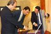 106:El Pr�ncipe observa el obsequio recibido en el Ayuntamiento de Ja�n, en presencia del presidente del Gobierno andaluz y el alcalde de la ciudad.
