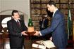99:El alcalde de �beda (Ja�n) entrega a don Felipe una cer�mica ubetense en recuerdo de su visita a la ciudad.