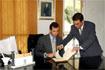 113:El Pr�ncipe de Asturias firma en el libro de honor del Ayuntamiento de Macael (Almer�a).