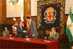118:El Pr�ncipe de Asturias saluda al alcalde despu�s de su discurso en el Ayuntamiento de Almer�a.