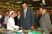 104:Una trabajadora de la cooperativa de N�jar (Almer�a) muestra algunos productos a don Felipe, en compa��a del consejero de Agricultura y Pesca, Paulino Plata.