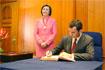 123:Don Felipe firma en el Libro de honor del Ayuntamiento de C�rdoba.