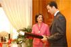 124:La alcaldesa de C�rdoba le hace entrega a S.A.R. de un obsequio tras su visita al Ayuntamiento.