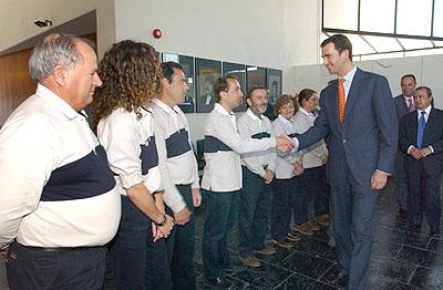 141:El Pr�ncipe de Asturias saluda a los gu�as del Muelle de las Tres Calaberas, en Palos de la Frontera.