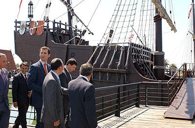142:El Pr�ncipe de Asturias en un recorrido por las instalaciones del Muelle de la Tres Carabelas, acompa�ado por las autoridades.