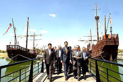 143:Don Felipe, en un momento de su visita al Muelle de las Tres Carabelas en Palos de la Frontera, acompa�ado por el alcalde del municipio y el presidente de la Diputaci�n de Huelva.