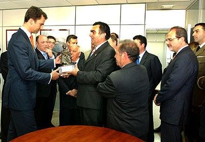 144:SAR Don Felipe de Borb�n recibe un obsequio de manos del Patr�n Mayor de la Lonja de Pescado de Isla Cristina.