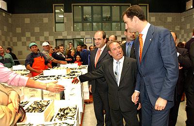146:SAR Don Felipe de Borb�n, asiste a una subasta de pescado en la Lonja de Isla Cristina.